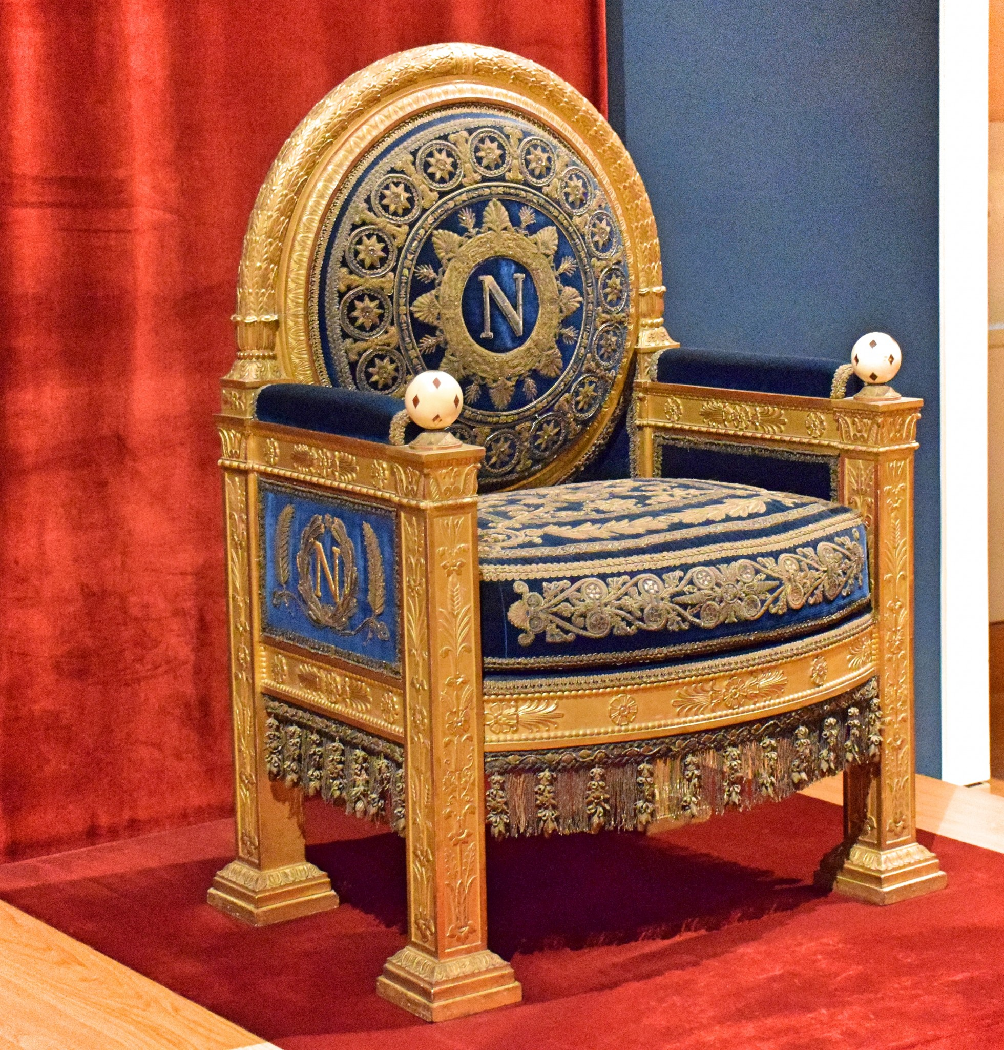 Наполеон трон